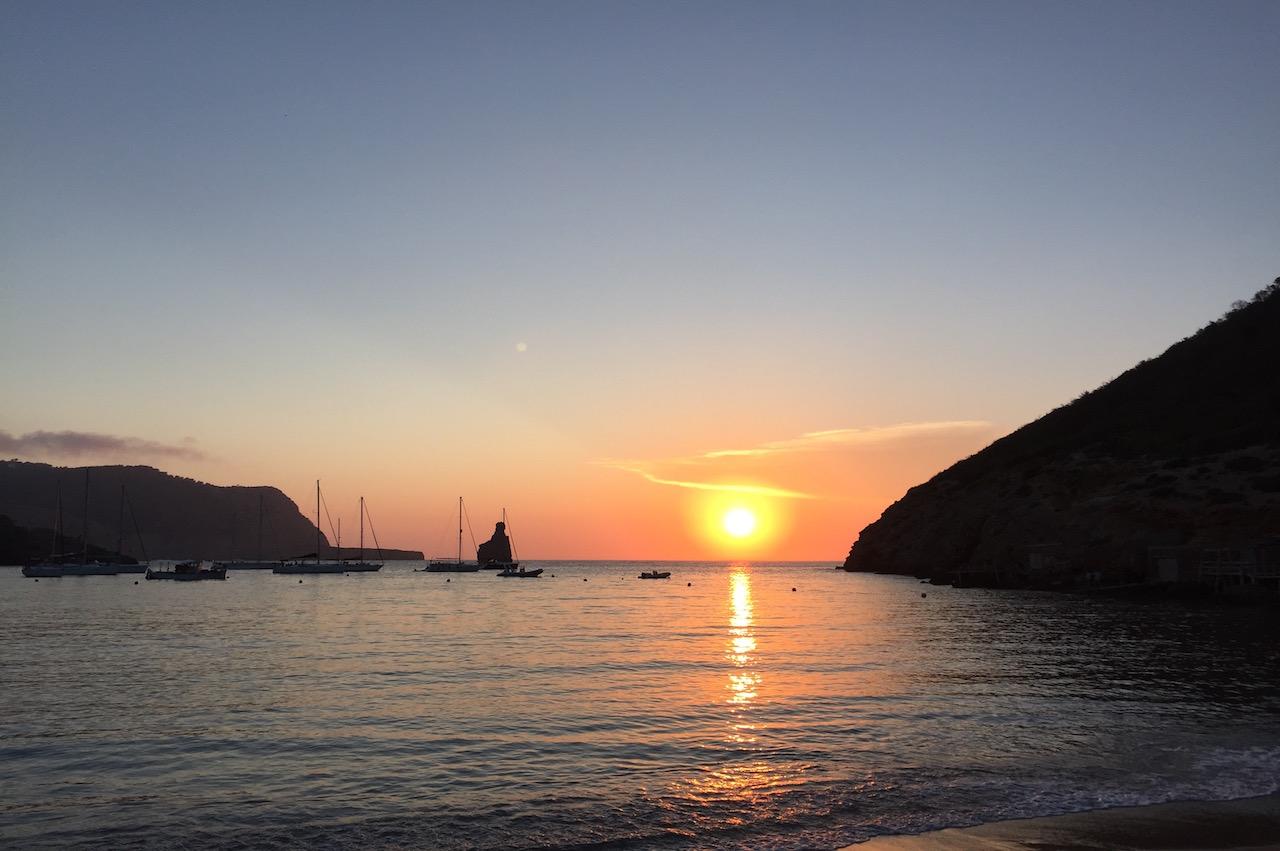 Zonsondergang in Ibiza tijdens een groepsreis incentive of familiereizen en reizen met kinderen